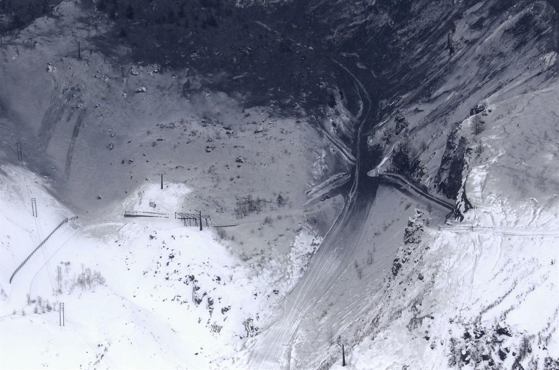 Volcano, avalanche injure 17 in Gunma