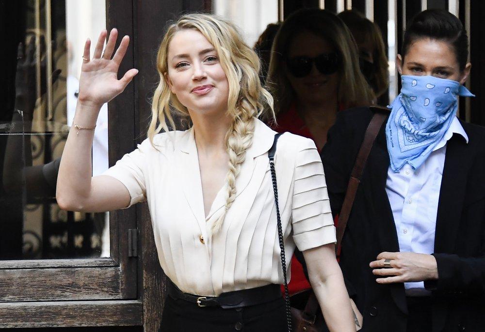 Amber Heard makeup is running in fake injury photos | POPTOPIC